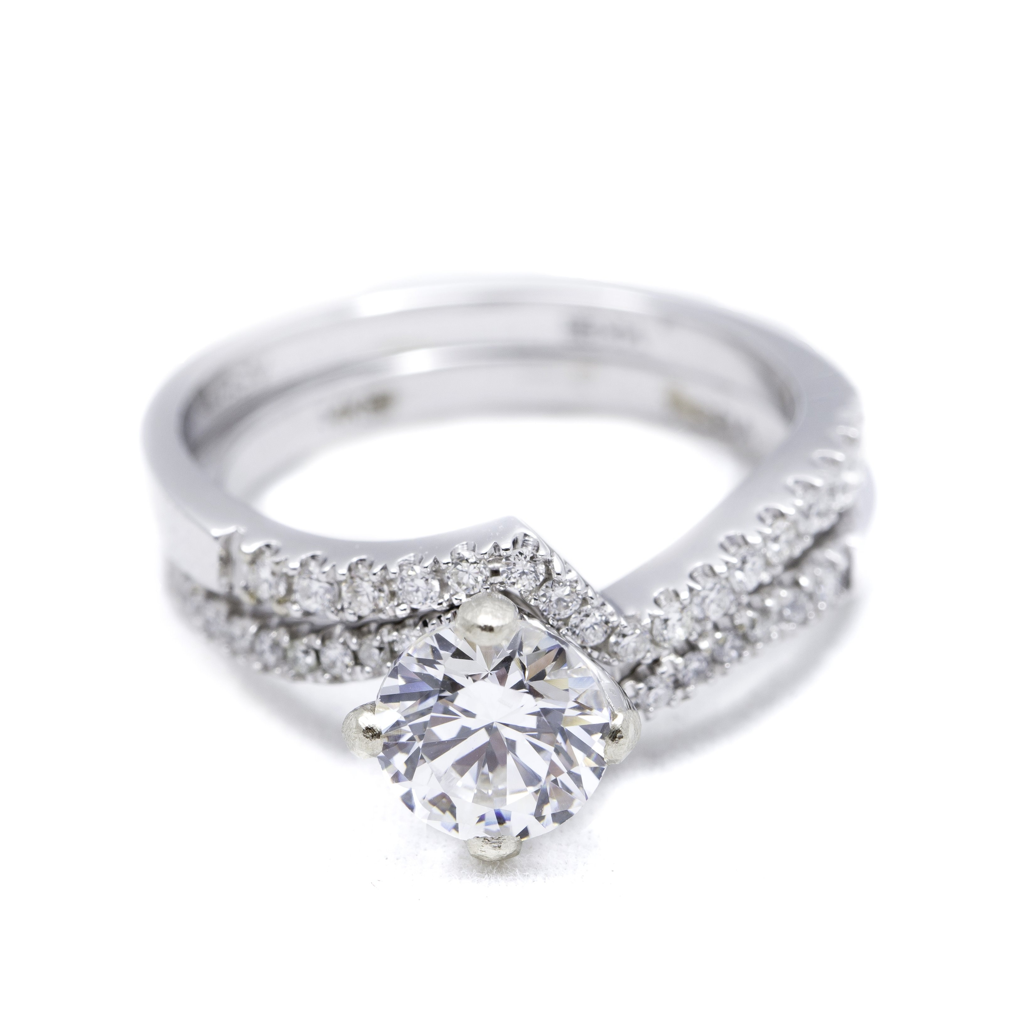 It is a photo of WHITE GOLD DIAMOND RING MOUNTING AND WEDDING RING SET